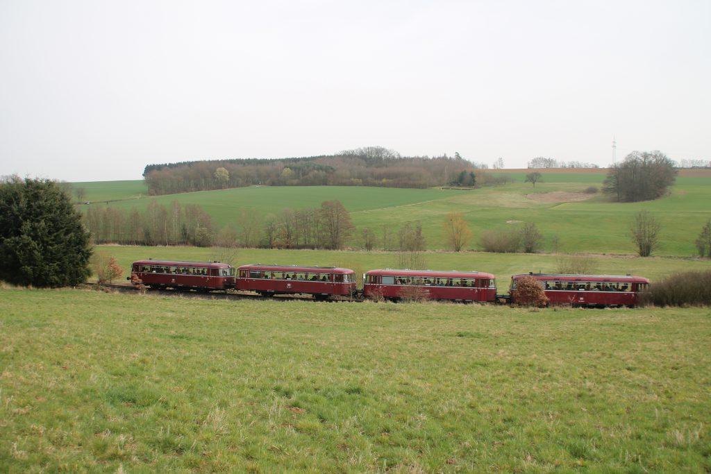 796 690, 996 299, 996 309, 796 802 im Tal bei Nannhausen auf der Hunsrückquerbahn, aufgenommen am 02.04.2016.