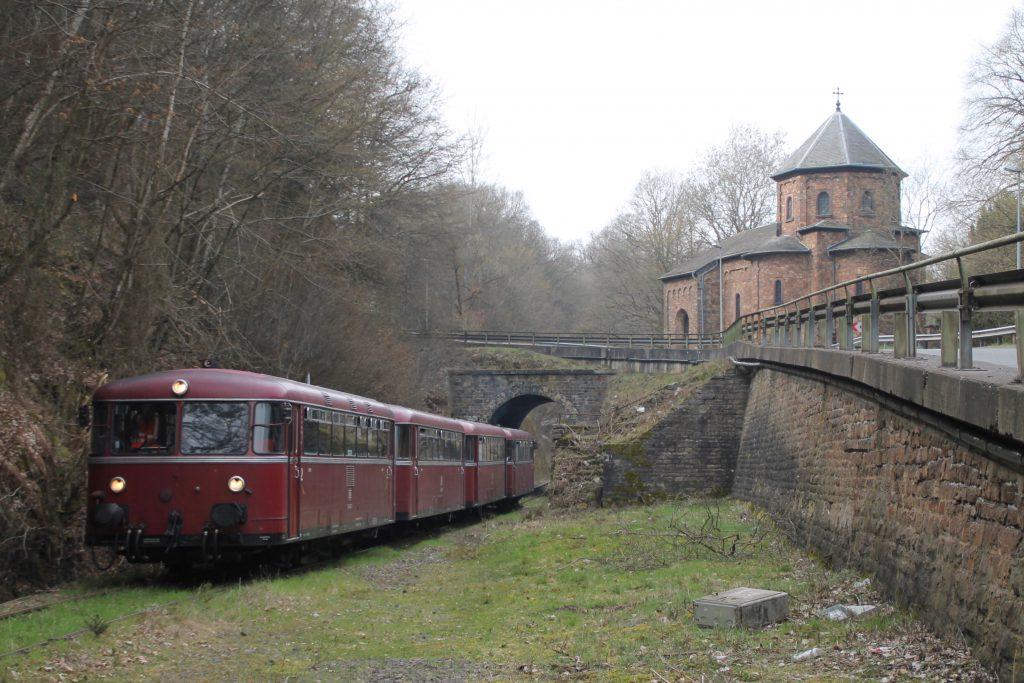 796 690, 996 299, 996 309, 796 802 am Haltepunkt Rheinböllen auf der Hunsrückquerbahn, aufgenommen am 02.04.2016.