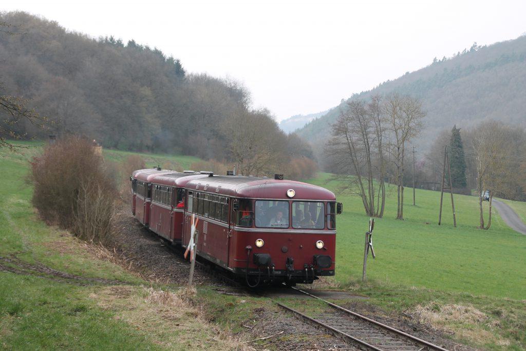 796 690, 996 299, 996 309, 796 802 an einem Bahnübergang bei Seibersbach auf der Hunsrückquerbahn, aufgenommen am 02.04.2016.