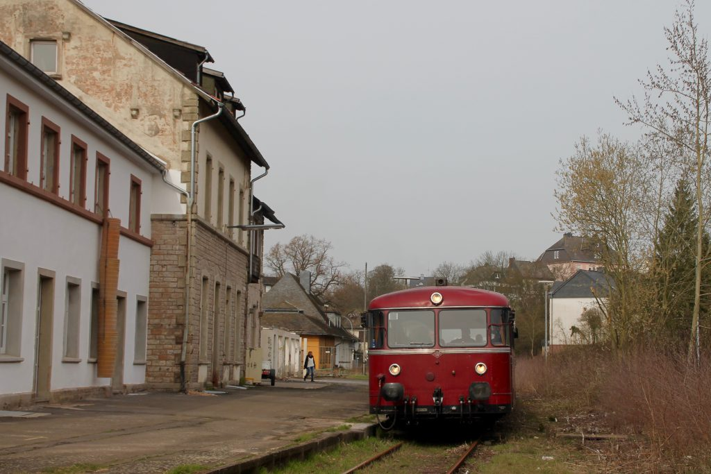 796 690 hält im Bahnhof Simmern auf der Hunsrückquerbahn, aufgenommen am 02.04.2016.