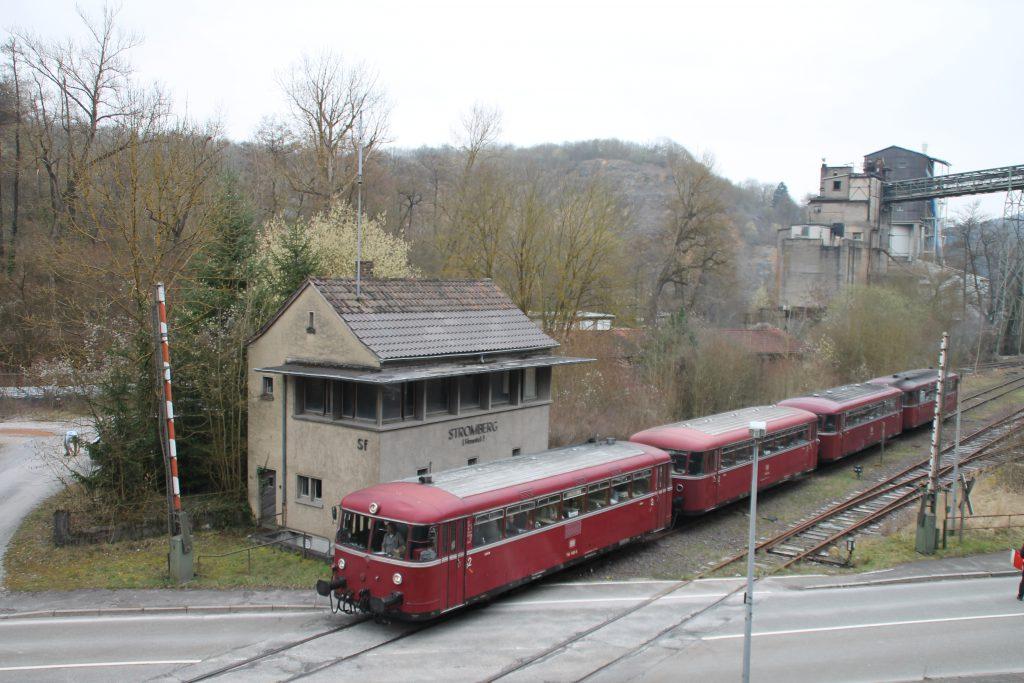 796 690, 996 299, 996 309, 796 802 überqueren den Bahnübergang in Stromberg auf der Hunsrückquerbahn, aufgenommen am 02.04.2016.