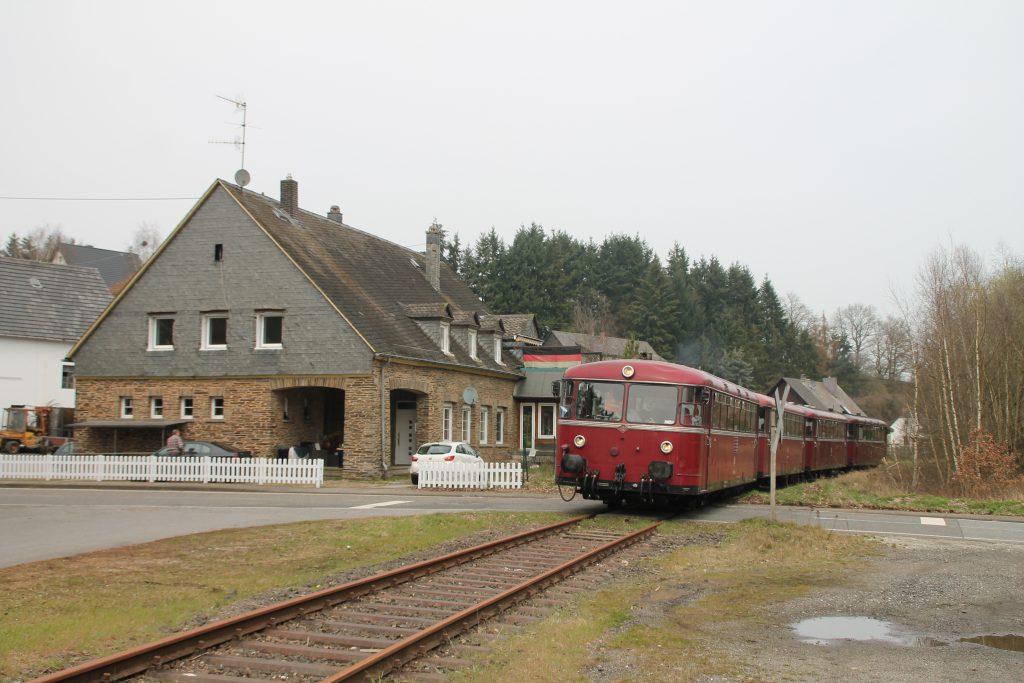 796 690, 996 299, 996 309, 796 802 an einem Bahnübergang in Unzenberg auf der Hunsrückquerbahn, aufgenommen am 02.04.2016.