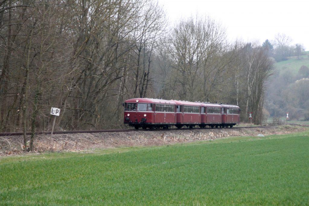 796 690, 996 299, 996 309, 796 802 bei Waldlaubersheim auf der Hunsrückquerbahn, aufgenommen am 02.04.2016.