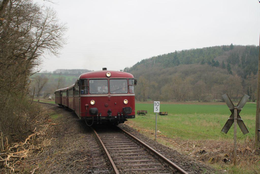 796 690, 996 299, 996 309, 796 802 kurz vor einem unbeschranktem Bahnübergang bei Waldlaubersheim auf der Hunsrückquerbahn, aufgenommen am 02.04.2016.