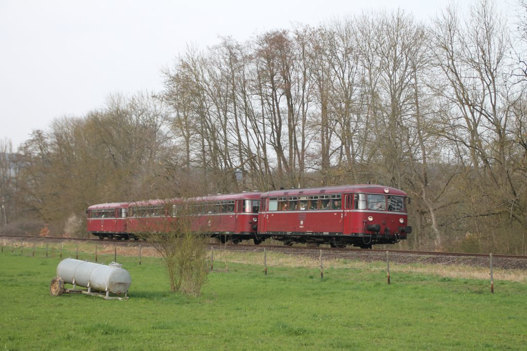 796 690, 996 299, 996 309, 796 802 hinter einer Viehweide bei Waldlaubersheim auf der Hunsrückquerbahn, aufgenommen am 02.04.2016.
