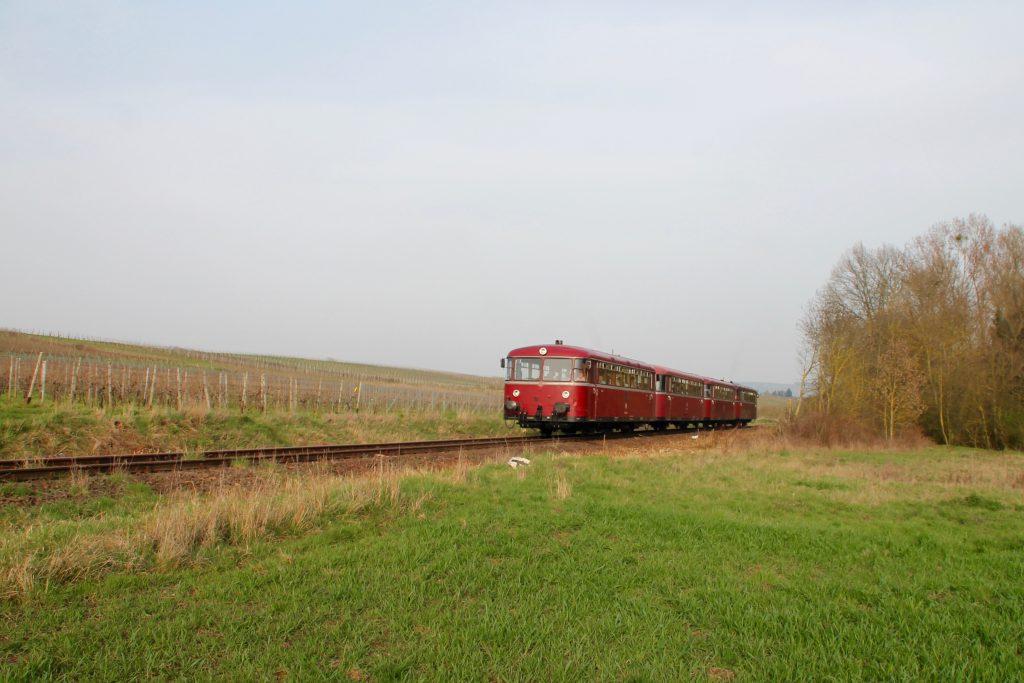 796 690, 996 299, 996 309, 796 802 an den Weinfeldern bei Winzenheim auf der Hunsrückquerbahn, aufgenommen am 02.04.2016.