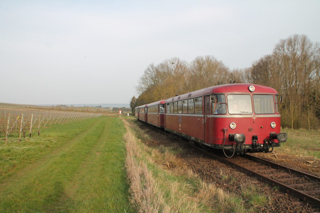 796 690, 996 299, 996 309, 796 802 bei Winzenheim auf der Hunsrückquerbahn, aufgenommen am 02.04.2016.