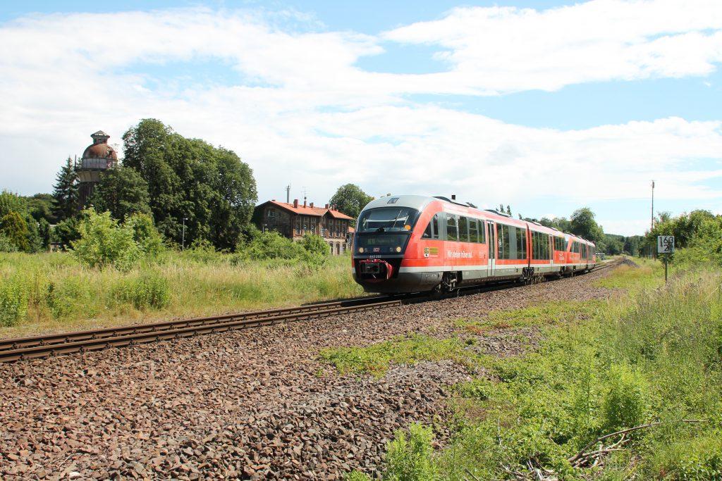 642 203 verlässt mit noch einem weiteren 642 den Bahnhof Sandersleben über die Kanonenbahn, aufgenommen am 03.07.2016.