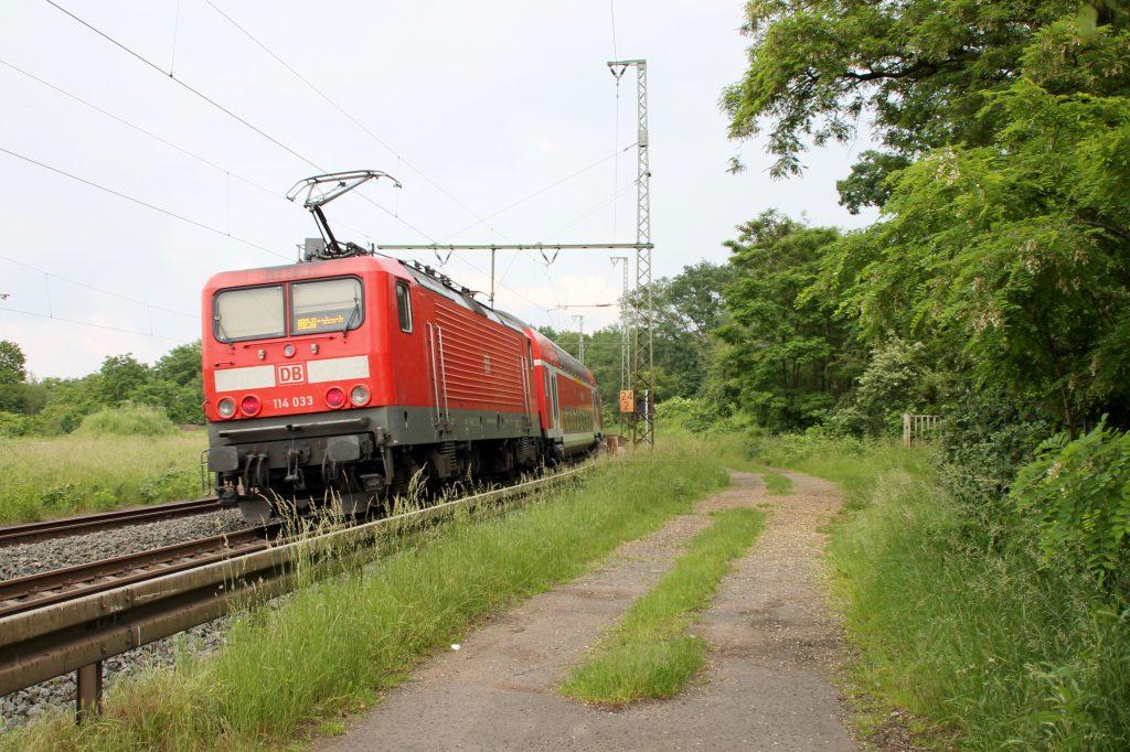 114 033 verlässt den Bahnhof Hanau über die Kinzigtalbahn, aufgenommen am 05.06.2016.
