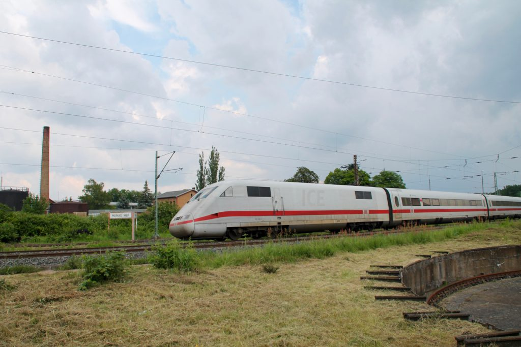 Ein ICE der Baureihe 401 fährt in den Bahnhof Hanau über die Kinzigtalbahn ein, aufgenommen am 05.06.2016.
