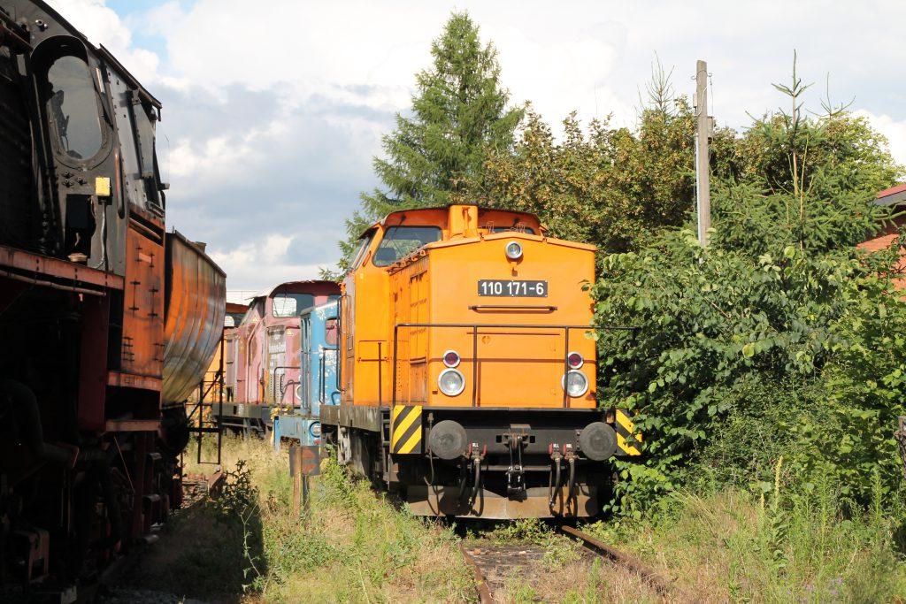 110 171 steht im Bahnhof Klostermansfeld neben einer 52, aufgenommen am 03.07.2016.