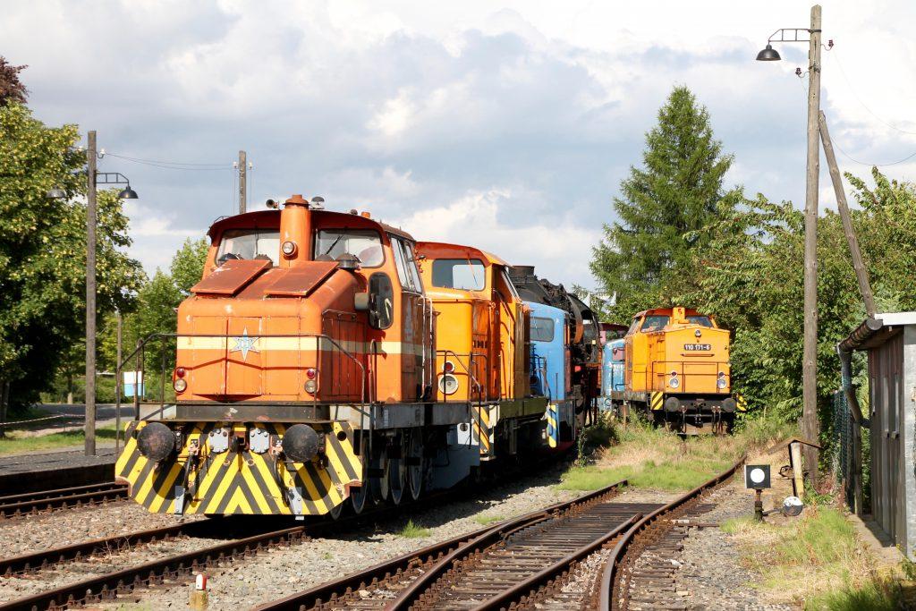 110 171 versteckt sich im Bahnhof Klostermansfeld hinter Loks der Firma Henschel, aufgenommen am 03.07.2016.