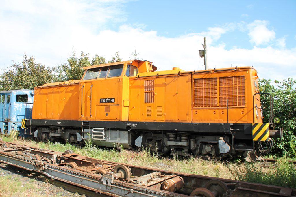 110 171 steht im Bahnhof Klostermansfeld, aufgenommen am 03.07.2016.