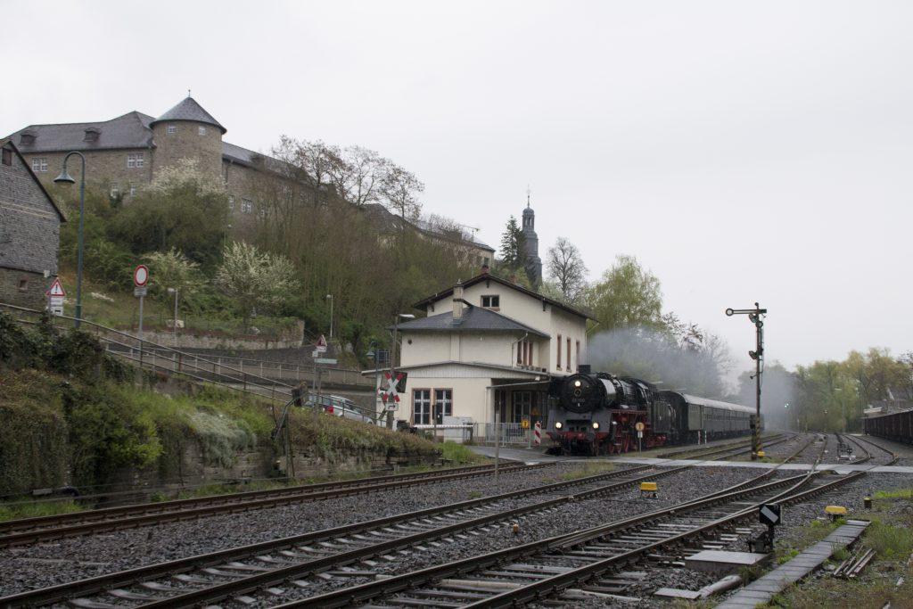 03 1010 durchquert den Bahnhof Löhnberg auf der Lahntalbahn, aufgenommen am 24.03.2016.