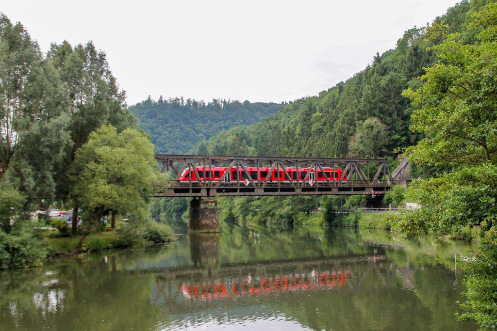 Ein LINT der DB auf der Lahnbrücke in Obernhof auf der Lahntalbahn, aufgenommen am 17.07.2016.