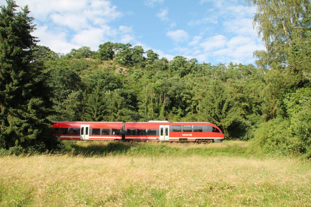 Ein TALENT macht sich auf den Weg nach Gießen, gerade ist er bei Runkel auf der Lahntalbahn, aufgenommen am 26.06.2016.