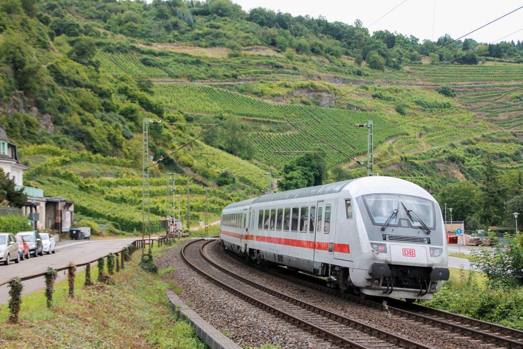Ein IC verlässt Oberwesel auf der linken Rheinstrecke, aufgenommen am 17.07.2016.