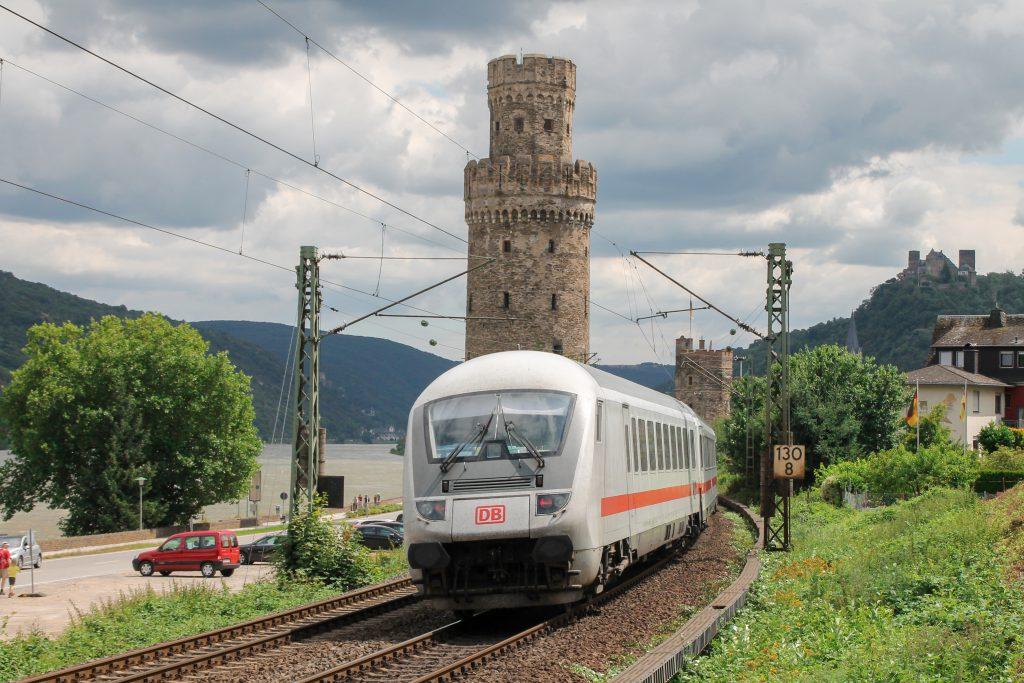 Ein IC durchquert die Türme in Oberwesel auf der linken Rheinstrecke, aufgenommen am 17.07.2016.