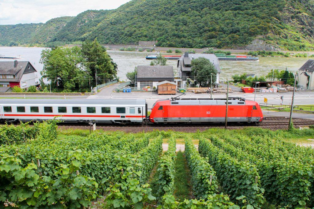 101 054 passiert die Weinberge bei Oberwesel auf der linken Rheinstrecke, aufgenommen am 17.07.2016.
