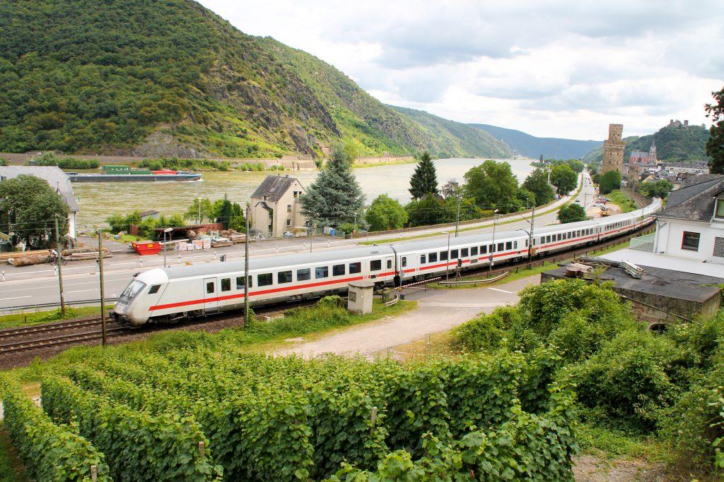 101 054 mit ihrem IC bei Oberwesel auf der linken Rheinstrecke, aufgenommen am 17.07.2016.