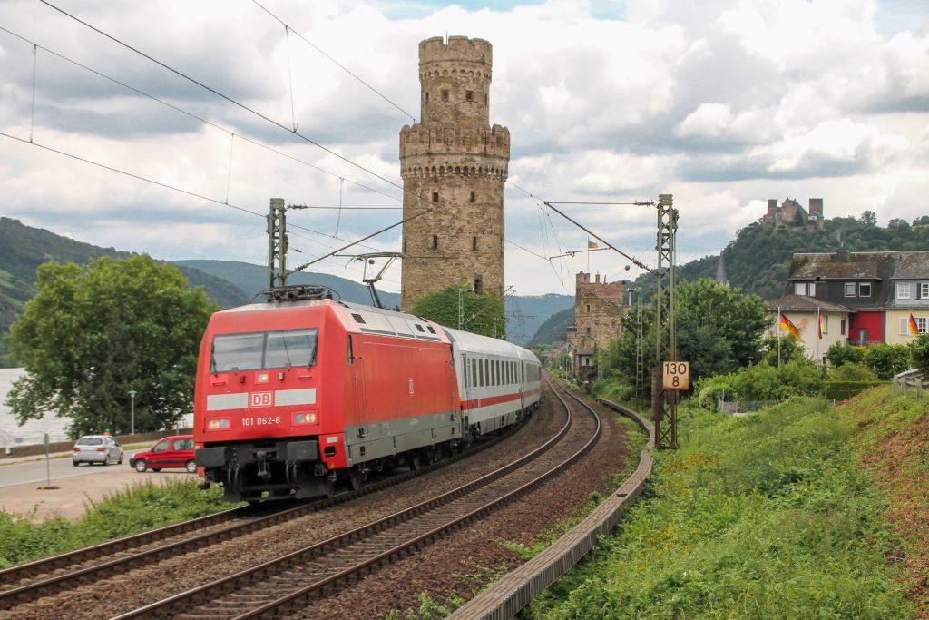 101 062 verlässt mit ihrem IC Oberwesel auf der linken Rheinstrecke, aufgenommen am 17.07.2016.