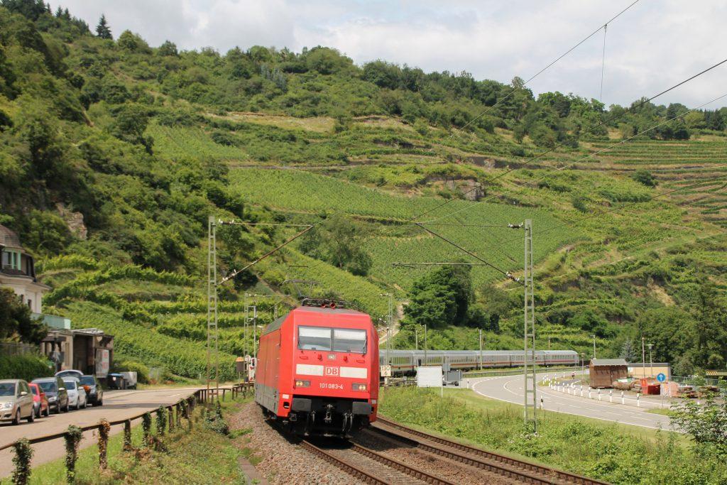 101 083 erreicht mit ihrem IC Oberwesel auf der linken Rheinstrecke, aufgenommen am 17.07.2016.