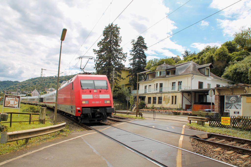 101 091 überquert mit ihrem IC einen Bahnübergang in Oberwesel auf der linken Rheinstrecke, aufgenommen am 17.07.2016.