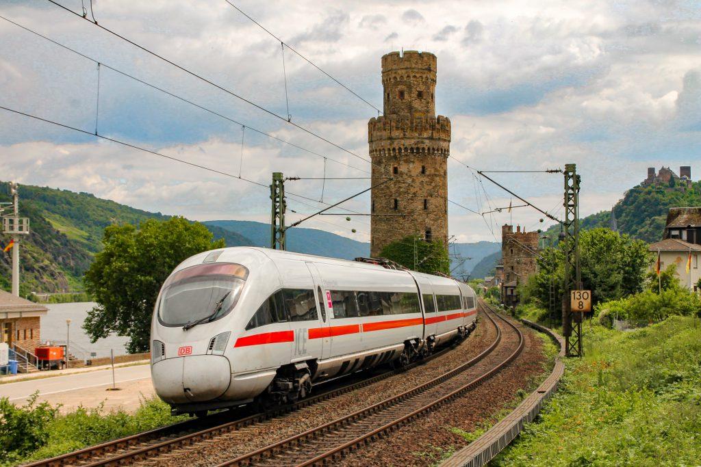Ein ICE der Baureihe 411 verlässt Oberwesel auf der linken Rheinstrecke, aufgenommen am 17.07.2016.