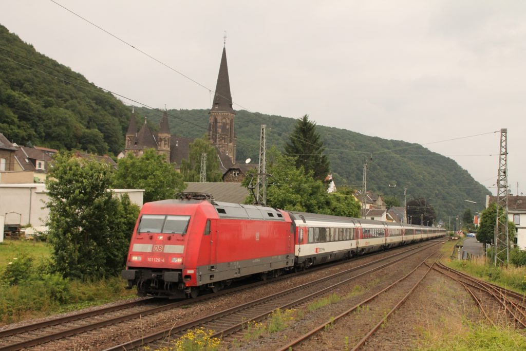 101 120 durchquert mit ihrem EC Brohl auf der linken Rheinstrecke, aufgenommen am 19.06.2016.