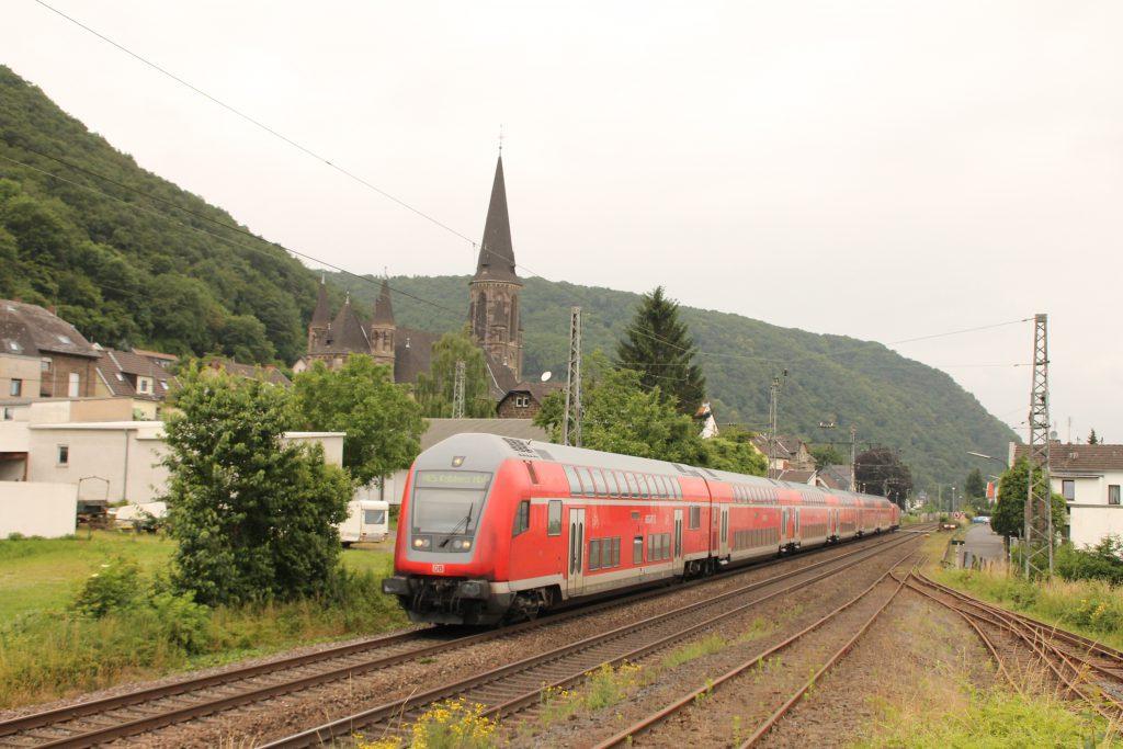 Eine Zug aus Doppelstockwagen durchquert Brohl auf der linken Rheinstrecke, aufgenommen am 19.06.2016.