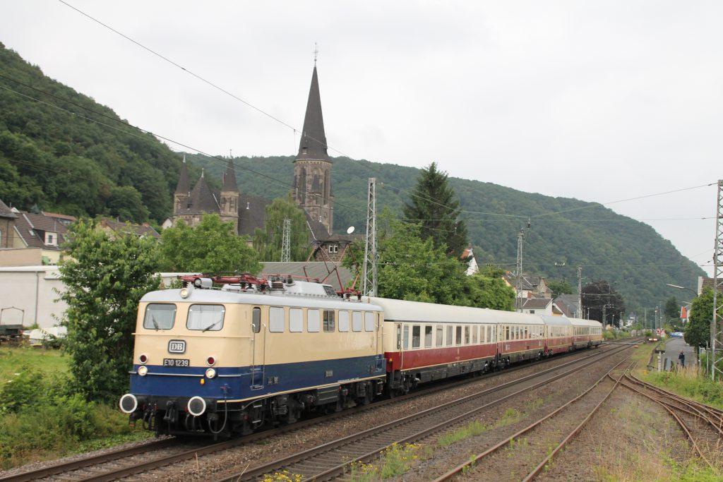 E10 1239 durchquert mir ihrem TEE Brohl auf der linken Rheinstrecke, aufgenommen am 19.06.2016.