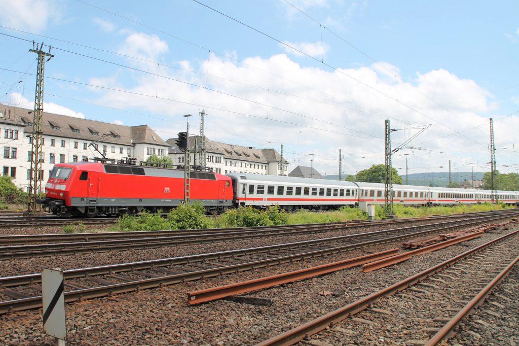 Ein 120 mit ihrem IC in Koblenz-Lützel, aufgenommen am 19.06.2016.