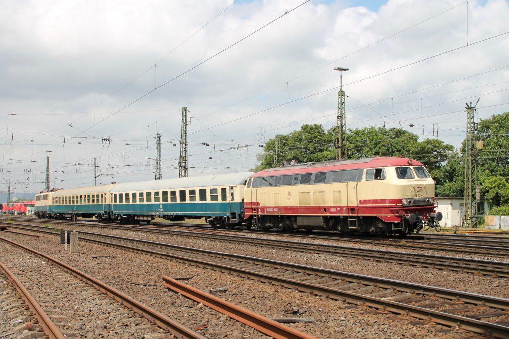 218 105 und 140 423 verlassen mit einem Sonderzug das DB-Museum in Koblenz-Lützel, aufgenommen am 19.06.2016.