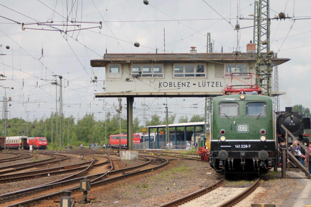 140 228 steht vor dem Reiterstellwerk Km im DB-Museum in Koblenz, aufgenommen am 19.06.2016.