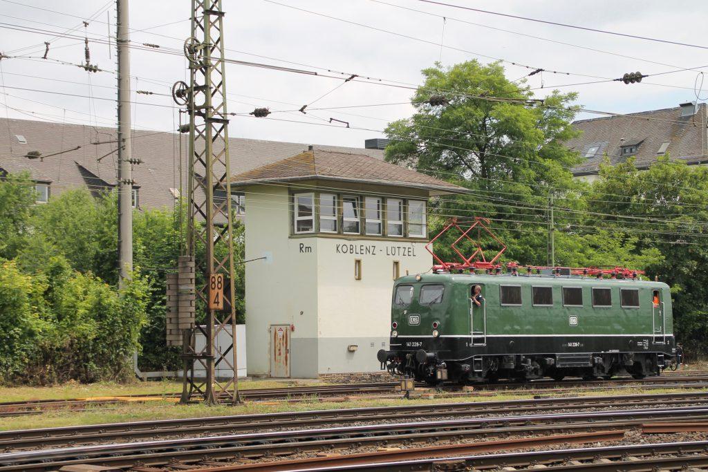 141 228 rangiert durch Koblenz-Lützel, aufgenommen am 19.06.2016.