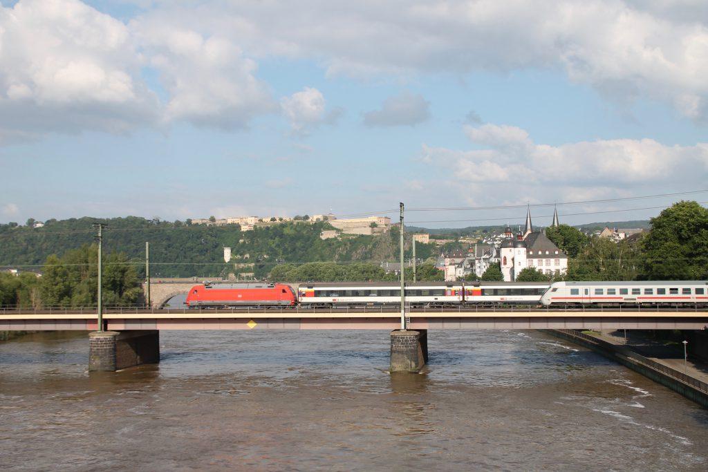 Begegnung zwischen einer 101 mit einem EC sowie einem IC auf der Moselbrücke in Koblenz auf der linken Rheinstrecke, aufgenommen am 19.06.2016.