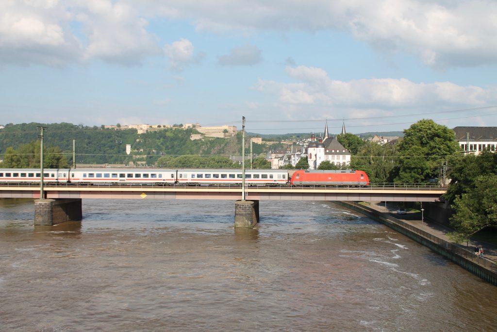 Eine 101 überquert mit ihrem IC die Moselbrücke in Koblenz auf der linken Rheinstrecke, aufgenommen am 19.06.2016.