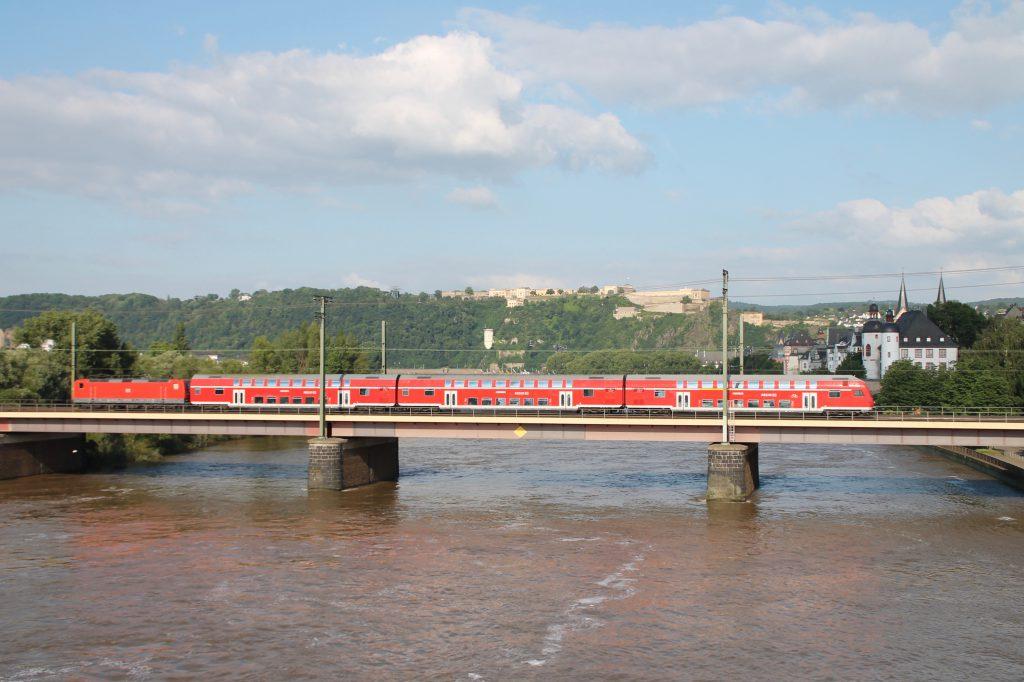 Eine 143 überquert mit ihren Doppelstockwagen die Moselbrücke in Koblenz auf der linken Rheinstrecke, aufgenommen am 19.06.2016.