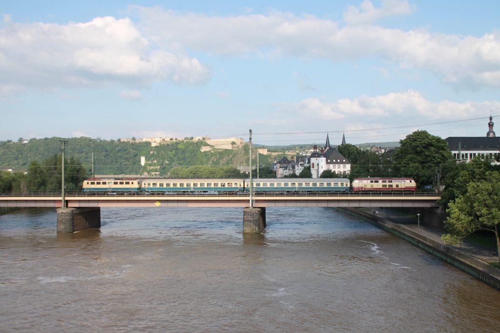 218 105 und 140 423 überqueren mit ihrem Sonderzug die Moselbrücke in Koblenz auf der linken Rheinstrecke, aufgenommen am 19.06.2016.