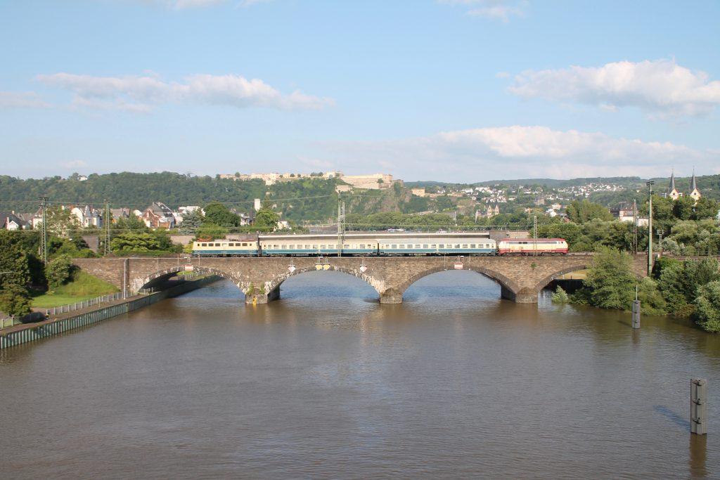 218 105 und 140 423 überqueren mit ihrem Sonderzug die gemauerte Moselbrücke in Koblenz auf der linken Rheinstrecke, aufgenommen am 19.06.2016.