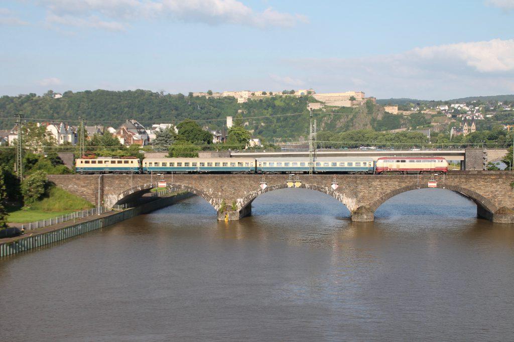 218 105 und 140 423 überqueren mit ihrem Sonderzug die Mosel in Koblenz auf der linken Rheinstrecke, aufgenommen am 19.06.2016.