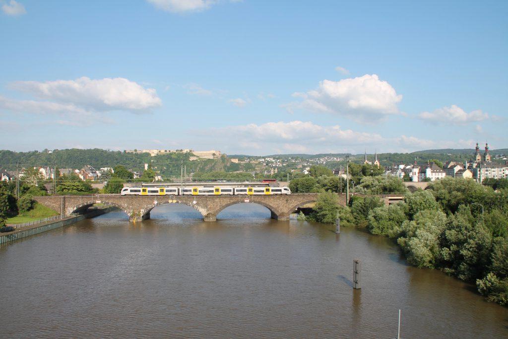 Ein 460 der Trans-Regio überquert die gemauerte Moselbrücke in Koblenz auf der linken Rheinstrecke, aufgenommen am 19.06.2016.