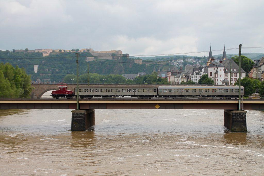 E69 03 auf der Moselbrücke der linken Rheinstrecke in Koblenz, aufgenommen am 19.06.2016.