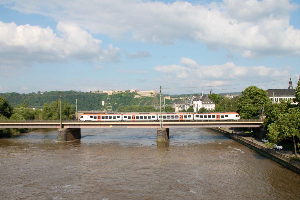 Ein FLIRT der VIAS überquert die Moselbrücke in Koblenz auf der linken Rheinstrecke, aufgenommen am 19.06.2016.