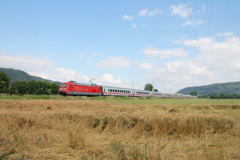 Eine 101 passiert mit ihrem IC ein Kornfeld kurz hinter Namedy auf der linken Rheinstrecke, aufgenommen am 19.06.2016.
