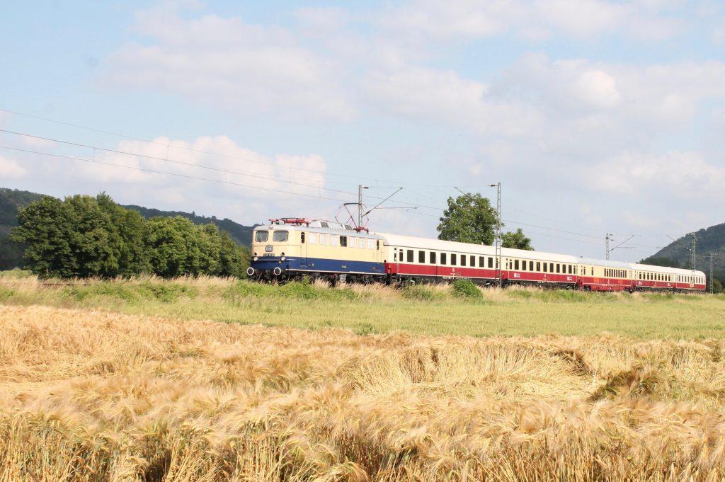 E10 1239 kurz hinter Namedy auf der linken Rheinstrecke, aufgenommen am 19.06.2016.
