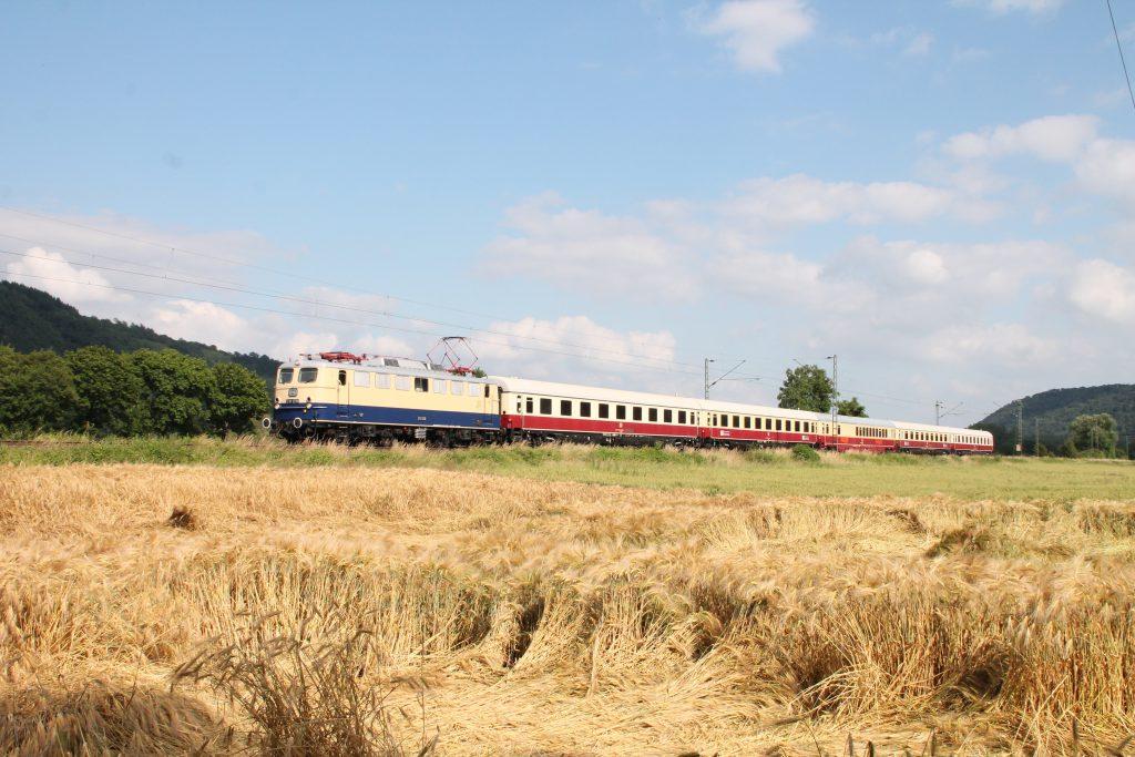 E10 1239 an einem Kornfeld kurz hinter Namedy auf der linken Rheinstrecke, aufgenommen am 19.06.2016.