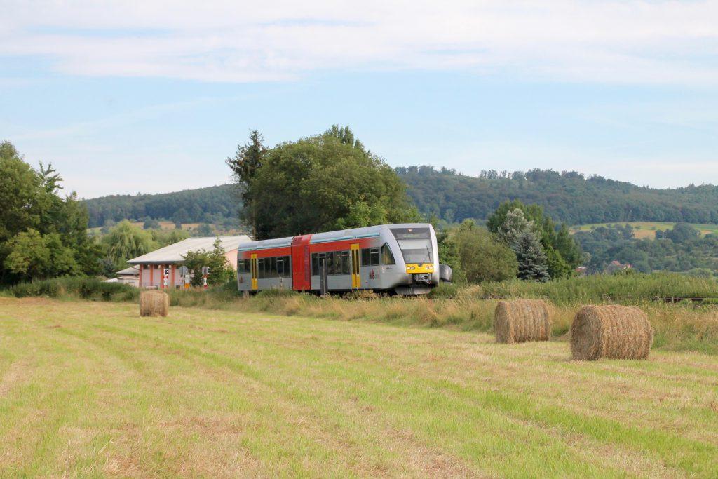Ein GTW der HLB verlässt Büches auf der Lahn-Kinzig-Bahn, aufgenommen am 10.07.2016.