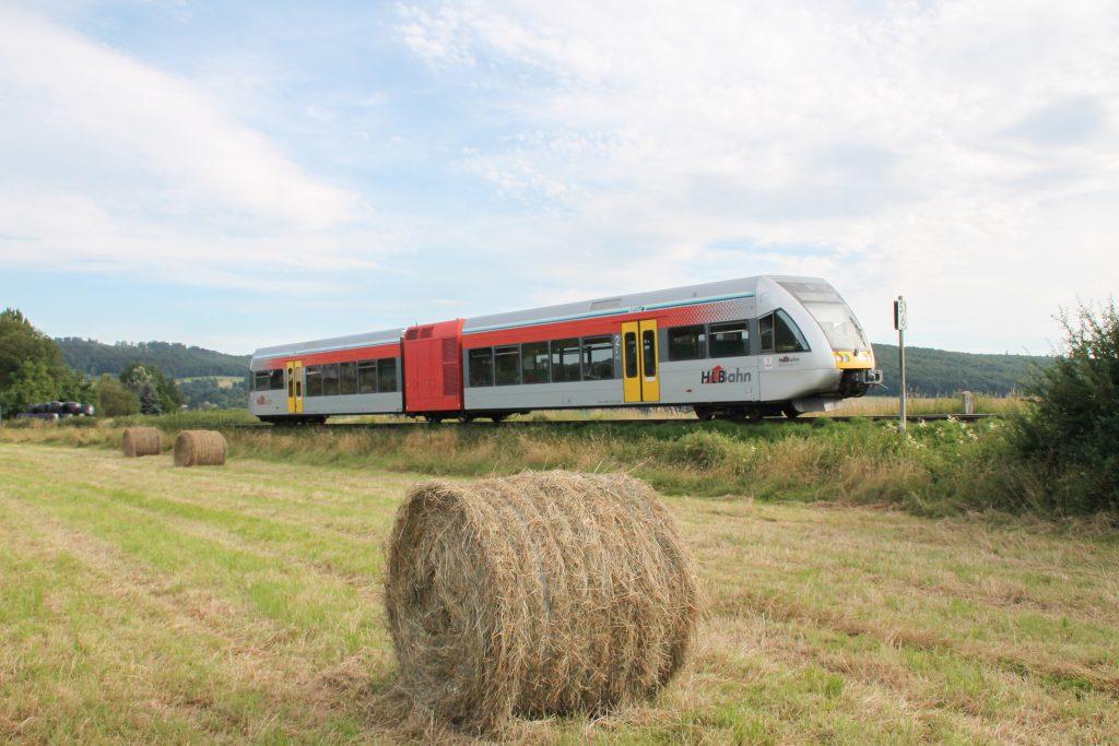 Ein GTW der HLB in den Feldern bei Büches auf der Lahn-Kinzig-Bahn, aufgenommen am 10.07.2016.