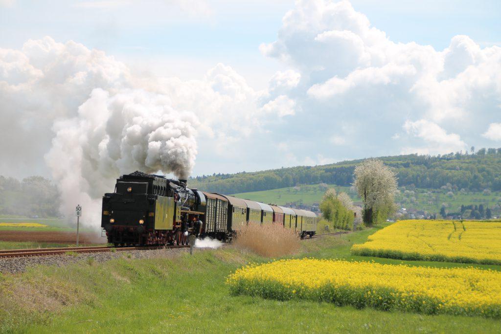 03 1010 bei Büches auf der Lahn-Kinzig-Bahn, aufgenommen am 24.04.2016.